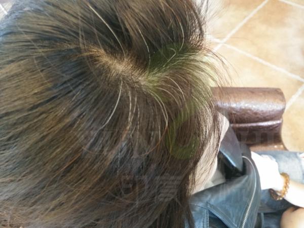使用海娜粉染发,不仅可以遮盖白发,还能实现极其美丽且自然的挑染效果