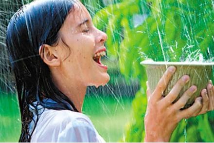 淋雨后不洗头?你知道雨水对头发的危害有多大吗?